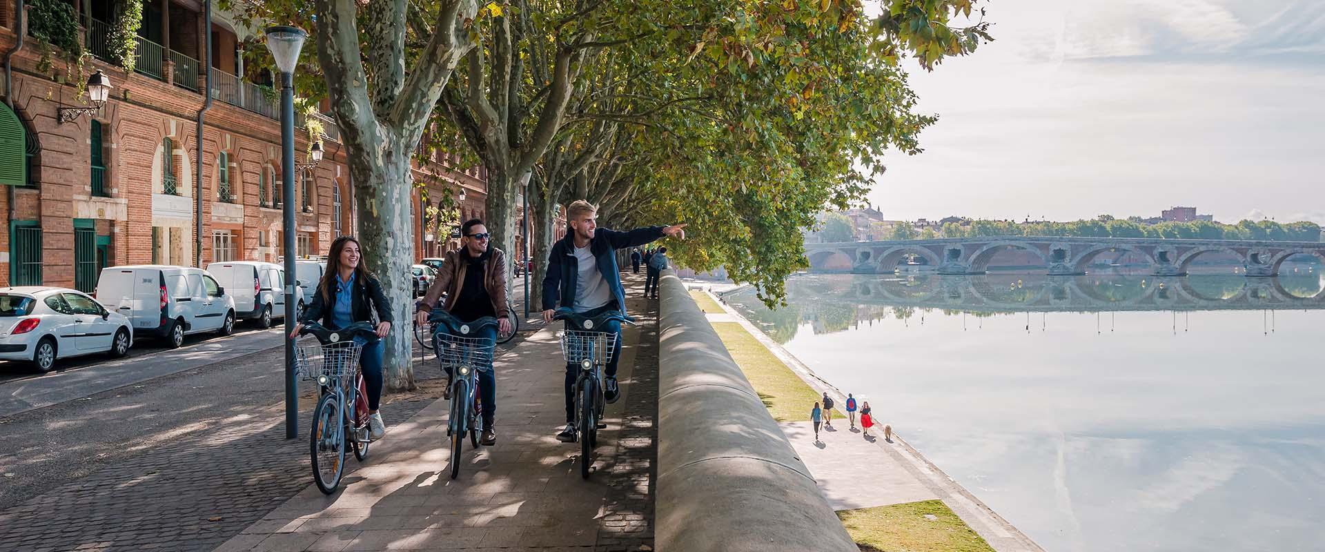 Balade à vélo en bord de Garonne entre amis à Toulouse