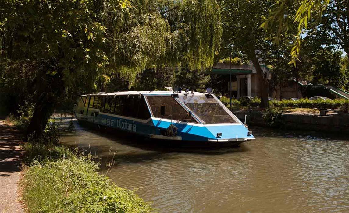 Activité nautique, péniche restaurant l'Occitania sur le canal du Midi