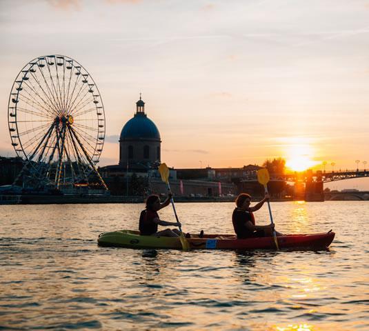 Canoë-kayak sur la Garonne avec la Grande Roue à Toulouse