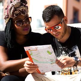 Touristes à l'office de tourisme
